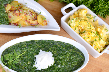 aliments: Spinach with scrambled eggs and fried potatoes