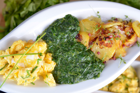 aliments: creamy spinach with scrambled eggs and fried potatoes