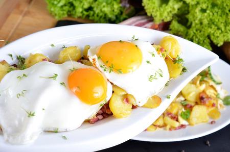 aliments: Le petit-d�jeuner paysan, ?ufs frits avec pommes de terre frites, des oignons et du bacon