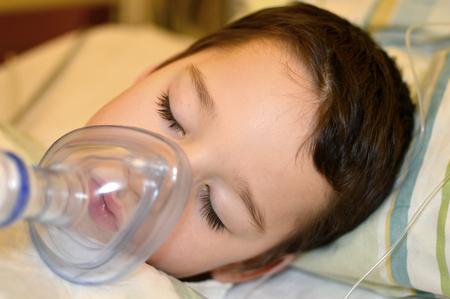 Kleiner Junge ist im Krankenhaus unter Vollnarkose Standard-Bild - 55607702