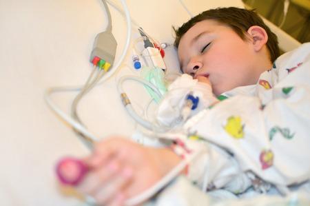 Kleiner Junge ist im Krankenhaus unter Vollnarkose Standard-Bild - 55607720