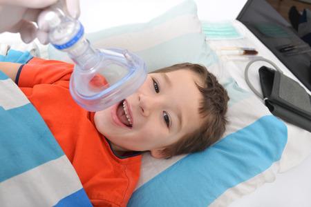 Kleiner Junge mit einer Sauerstoffmaske im Krankenhaus Standard-Bild - 55999015