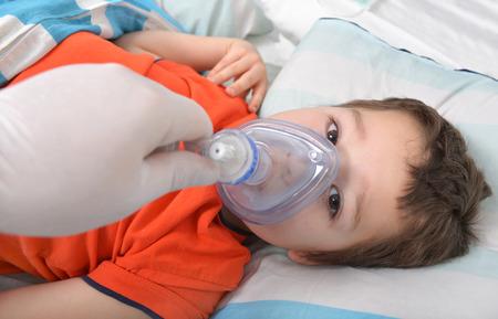 Kleiner Junge mit einer Sauerstoffmaske im Krankenhaus Standard-Bild - 55999048