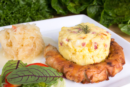 Thuringian sausage with sourcrout and mashed potatoes