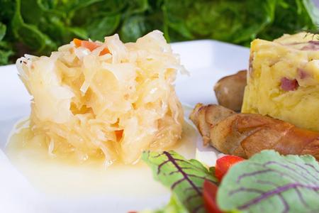 pure de papas: encurtido de repollo con patatas y salchichas fritas Foto de archivo
