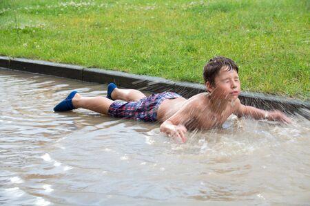 jongen zwemmen in een plas