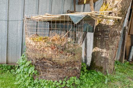 Mucchio compost con humus in un giardino Archivio Fotografico - 84164841