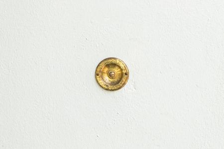 石の背景を持つ古いヴィンテージ ドアのベル 写真素材