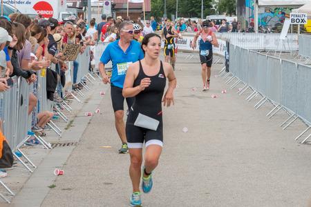 Regensburg, Beieren, Duitsland, 06 augustus 2017, 28e Regensburg Triathlon 2017, Runner op de thuisrek Redactioneel