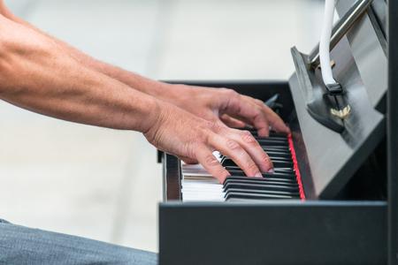 ピアノを演奏するストリートミュージ シャン 写真素材