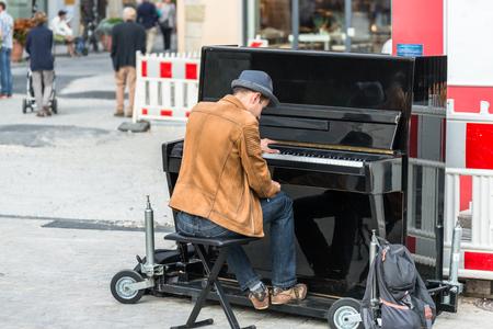 ピアノを弾いてレーゲンスブルク, ババリア, ドイツ、2017 年 8 月 22 日: ストリートミュージ シャン