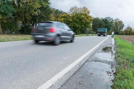 Auto die over op een nationale weg, Duitsland overgaat