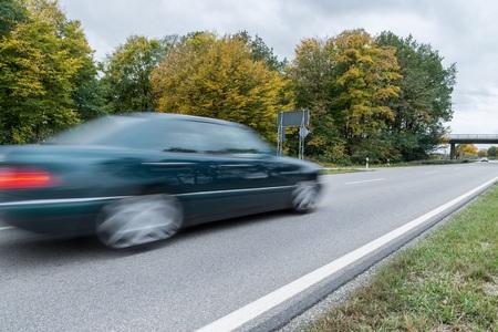 ドイツ国道沿いを通り過ぎる車 写真素材