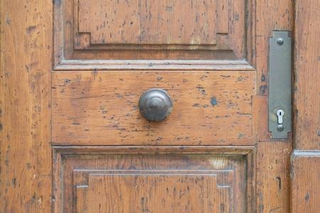 Vintage door handle on a wooden front door Banque d'images
