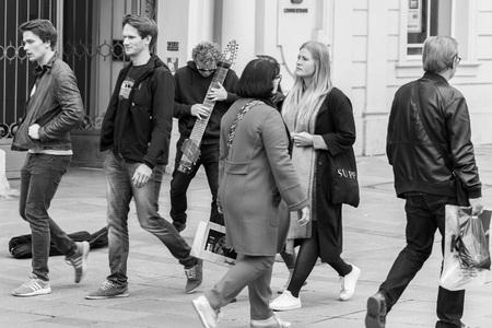 レーゲンスブルク、ドイツの歩行者ゾーンでモダンなエレク トリック ギターにレーゲンスブルク, ババリア, ドイツ、2017 年 10 月 24 日: ストリート