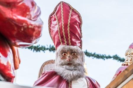 Sinterklaas en Santa Claus bij Kerstmarkt in Regensburg, Duitsland Stockfoto - 91373193