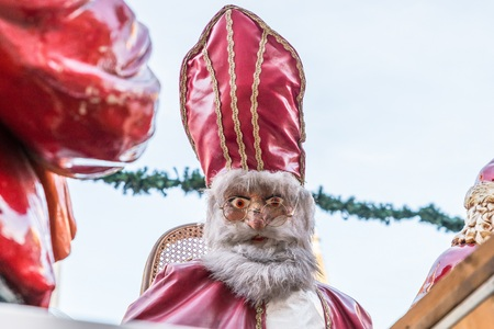 St. Nicholas and Santa Claus at Christmas market in Regensburg, Germany Stockfoto