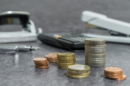 Money and office accessories on a desk Banque d'images