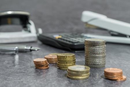 Money and office accessories on a desk Archivio Fotografico