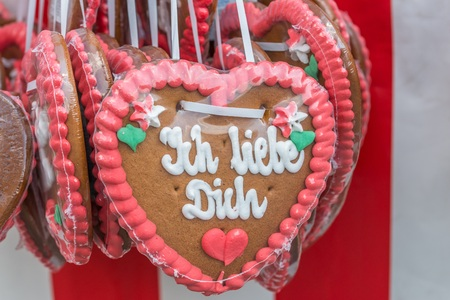 Gingerbread hearts at a festival with German words? ? 免版税图像