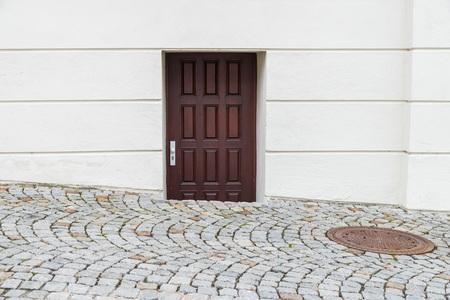 Curious wooden front door sunk in the street, Germany Foto de archivo - 120562735