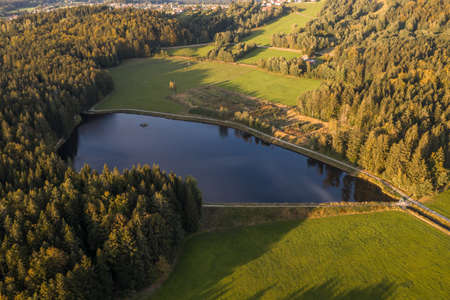 Picture of an aerial view of the landscape in the Bavarian forest and the reservoir at Großarmschlag near Grafenau, Germany 免版税图像 - 158666945