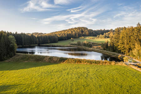 Picture of an aerial view of the landscape in the Bavarian forest and the reservoir at Großarmschlag near Grafenau, Germany 免版税图像 - 158666976