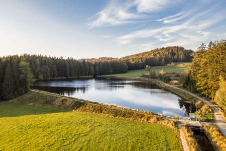 Picture of an aerial view of the landscape in the Bavarian forest and the reservoir at Großarmschlag near Grafenau, Germany 免版税图像 - 158693619