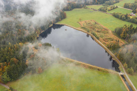 Image of an aerial view of the landscape in the Bavarian forest and the reservoir at Großarmschlag near Grafenau, Germany 免版税图像 - 159386968