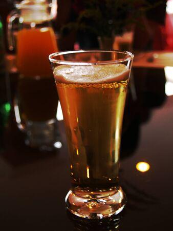 glas bier op tafel