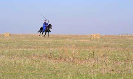 uomo a cavallo: Giro ussaro sul suo cavallo da qualche parte su Hortobagy