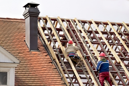 roof framing: Man working on the new roof Stock Photo