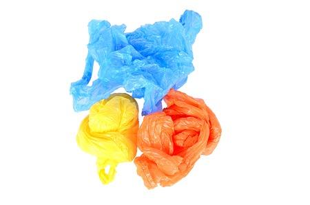 Plastik: Bunte Plastiktaschen isoliert auf wei�em Hintergrund
