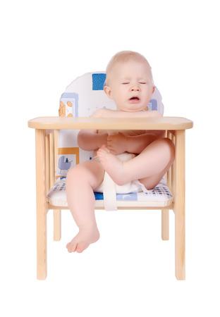 estornudo: Adorable estornudo del beb� en su silla aislado en blanco
