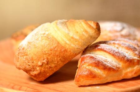 plato del buen comer: Productos de panader�a frescos en la placa de madera Foto de archivo
