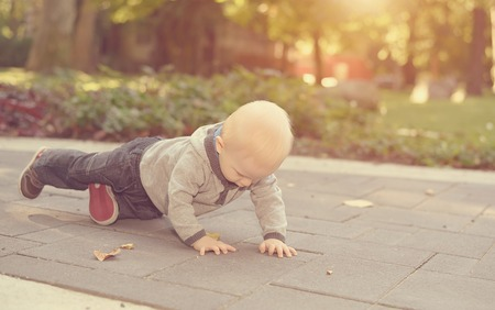 trabalhar fora: Adorable baby work out in the park a sunny day