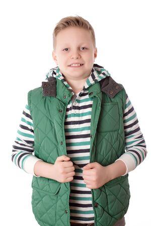 cabello corto: El muchacho joven pose sobre el fondo blanco