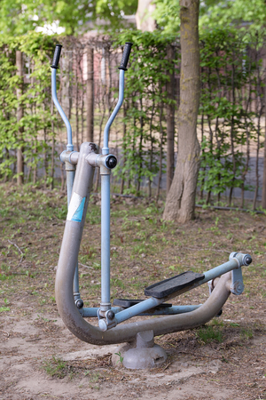 el�ptico: Old iron elliptical trainer in the park