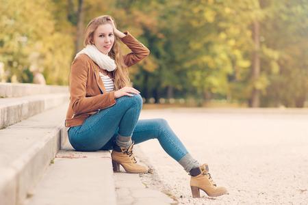 poses de modelos: Actitud modelo de belleza en el parque un día de otoño