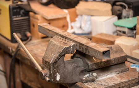Metall-Werkstück im Schraubstock. Nahaufnahmefoto