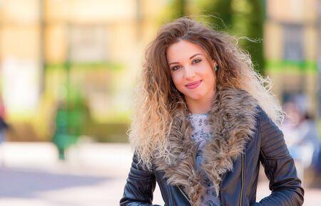 Foto van een mooie vrouw in het park Stockfoto
