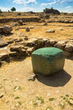 siervo: Greenstone cubo en Hattusa, antigua capital hitita, regalo del faraón Ramsés II, Turquía Foto de archivo