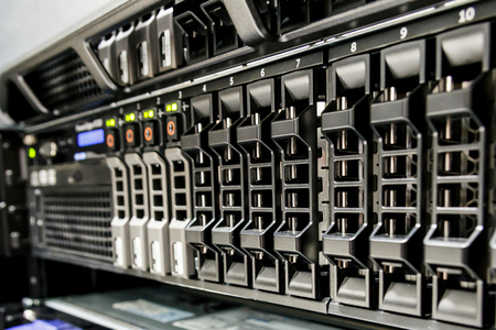 hardware: Hilera de ranura de disco duro en el servidor. Foto de archivo