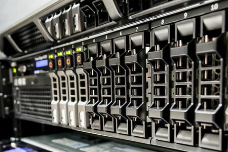 Fila di slot per hard disk sul server.