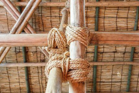 gefesselt: Seil gebunden Holz-Stange zusammen.