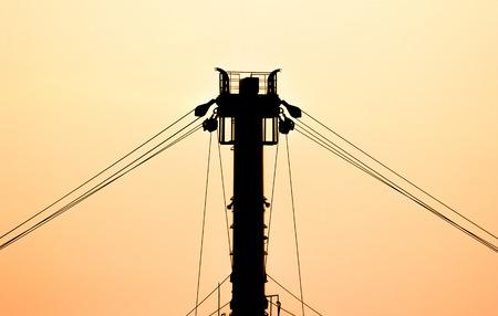 polea: polea de la silueta de la nave con el cielo de color naranja.