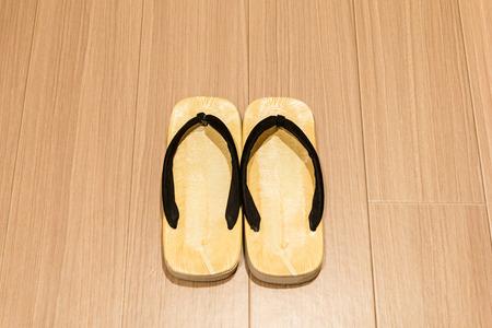 sandal: sandalia de Zori en suelo de madera. Foto de archivo
