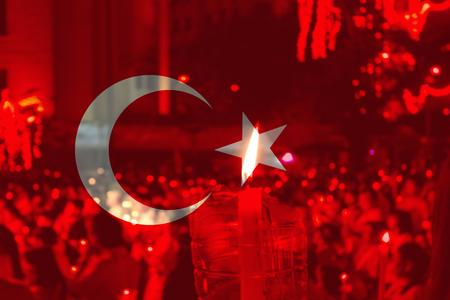 Drapeau de la Turquie avec des gens qui prient en arrière-plan.