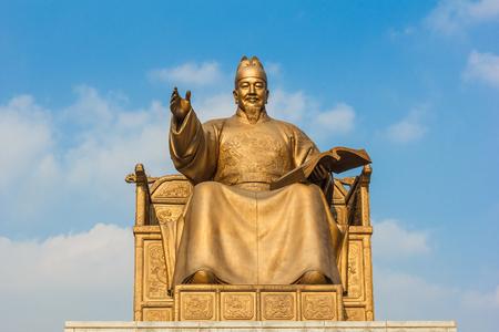 한국의 광화문 광장에서 황금 동상. 에디토리얼