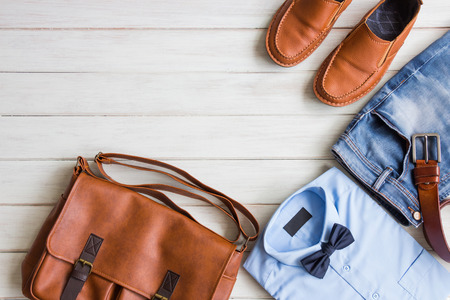 Apartamento leigos, roupas casuais de moda masculina e acessórios em fundo branco de madeira Foto de archivo - 86097400